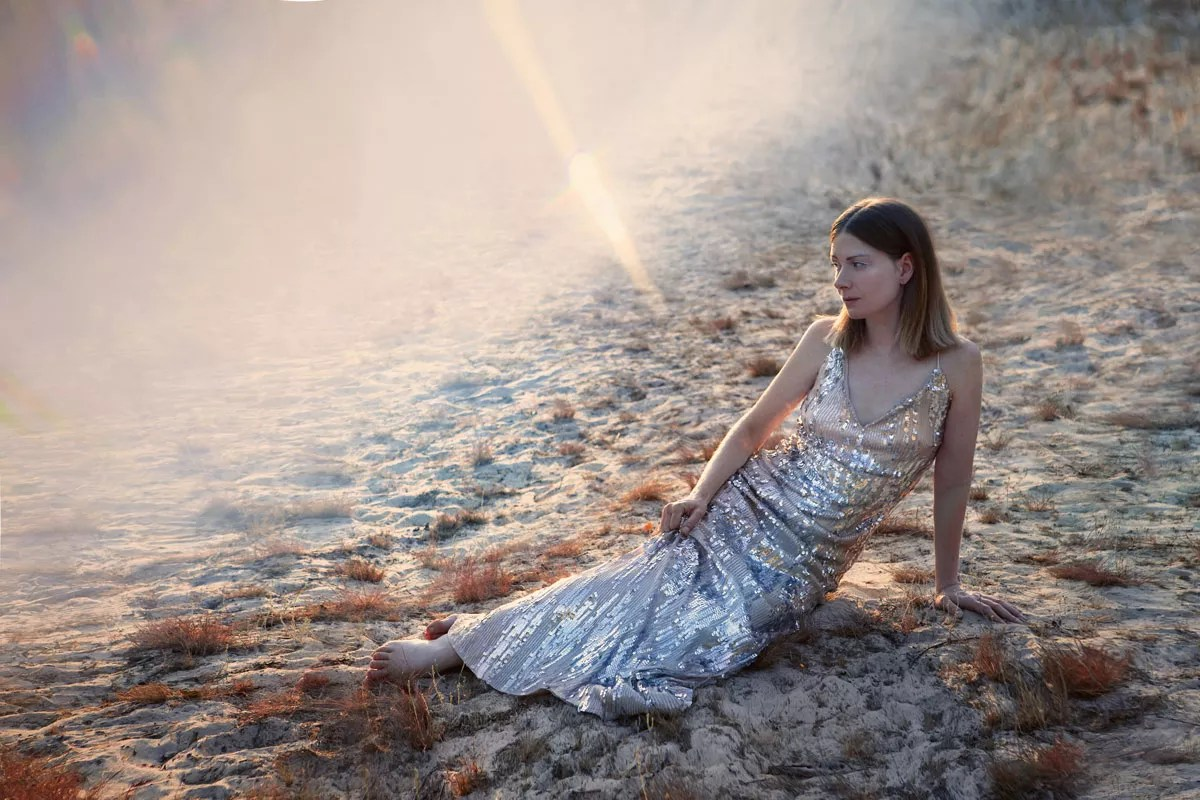 shooting photo mode à mer de sable robe à sequins grises et coucher de soleil