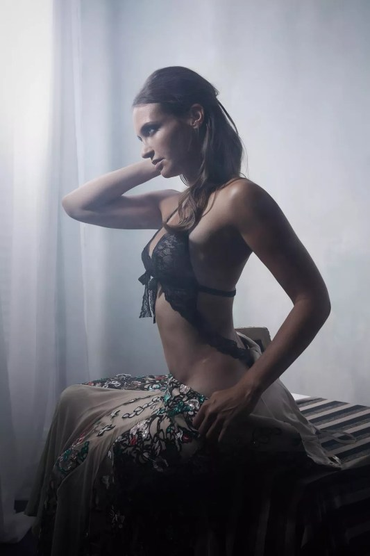 portrait femme avec robe de créateur ambiance feutrée paris