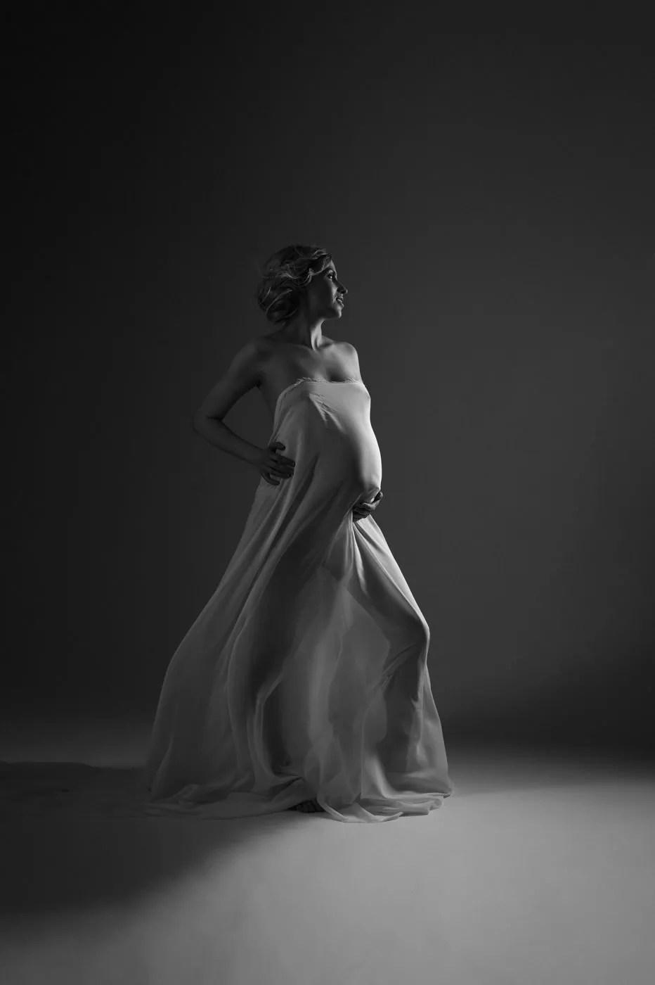 shooting grossesse artistique avec voilage noir et blanc