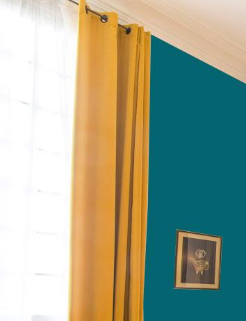 rideau avec un mur bleu canard