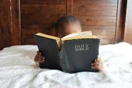 Photo boy reading the bible