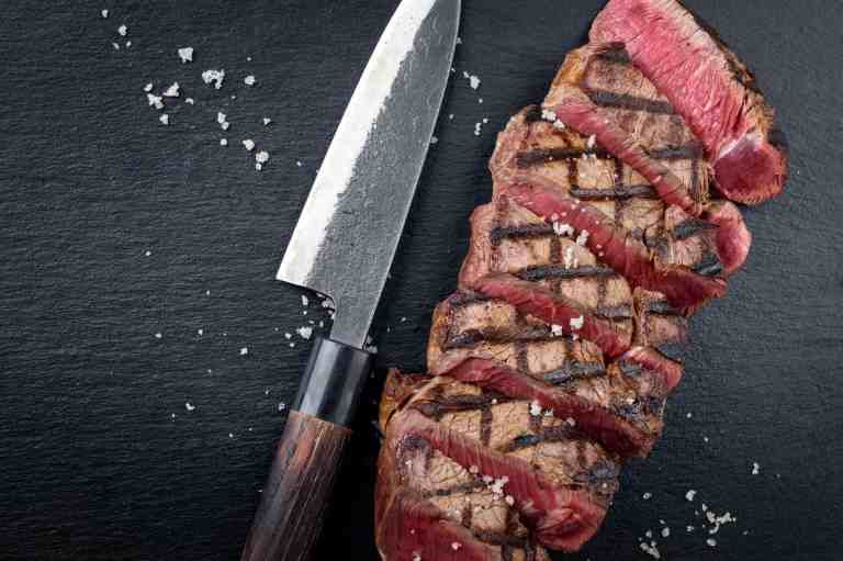 Messer neben Fleisch