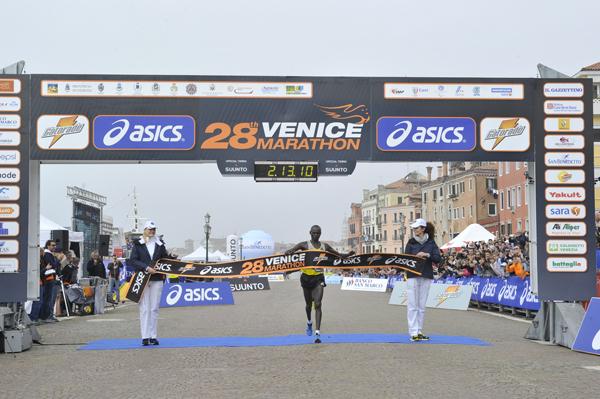 """Lalli sul podio con i keniani alla """"Venicemarathon"""""""