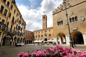 Treviso_Piazza-dei-Signori_b