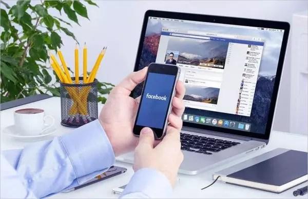 personne regardant facebook sur un ordinateur