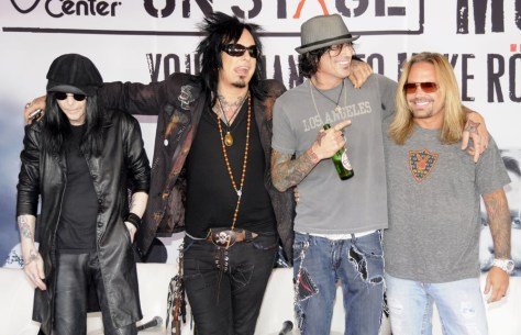 motley-crue-launch-of-guitar-centre-on-stage-01
