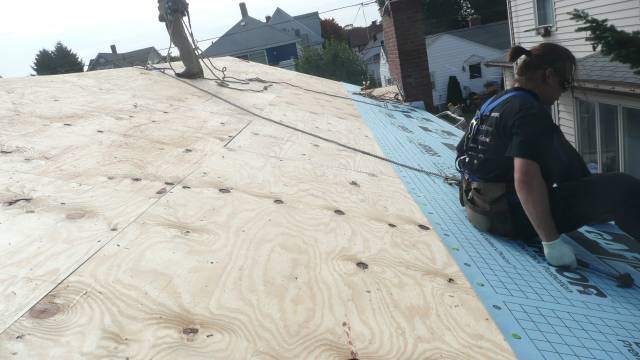 installing roofing underlayment over plywood roof deck