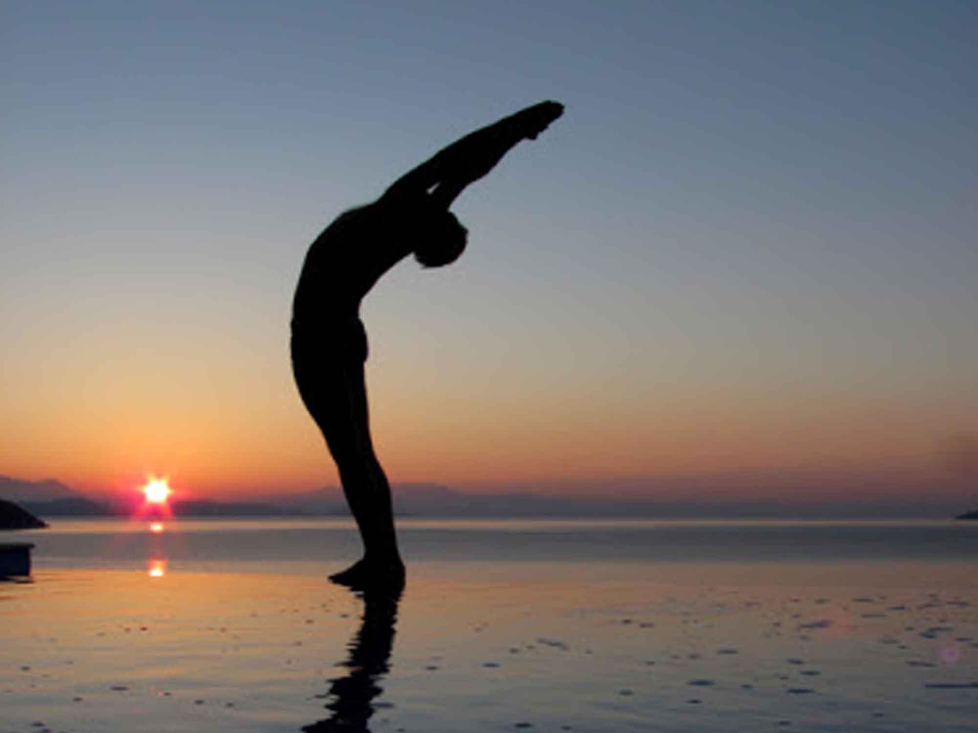 Position de yoga : la demi-lune vers l'arrière (Ardha-Chandra)