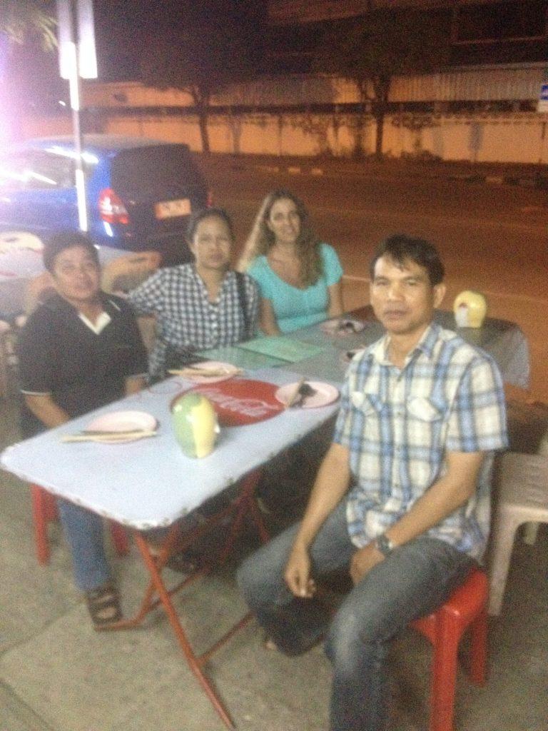 מסעדה שנפתחת בלילה ברחוב וסגורה משך היום באודון טאני