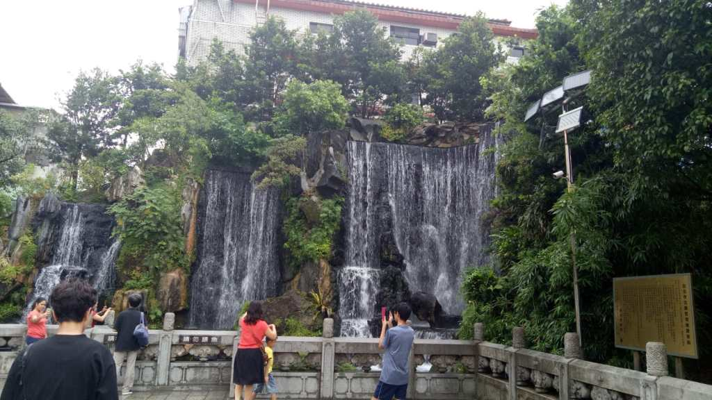 מפל מים בחצר מקדש לונג צ'אן