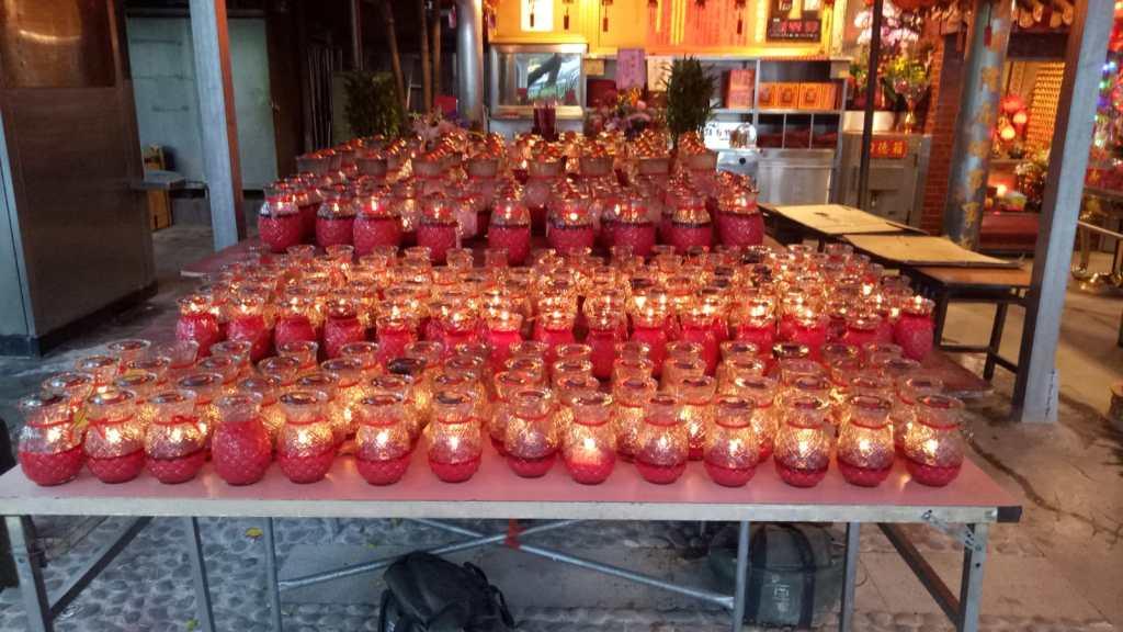 נרות דולקים במקדש סיני טיאפיי