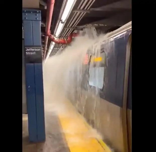 """""""evento meteorologico storico"""" con """"alluvioni brutali"""", acrobazie in metro [VIDEO]"""