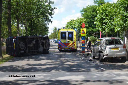 Busje op de kant na ongeval in Musselkanaal.