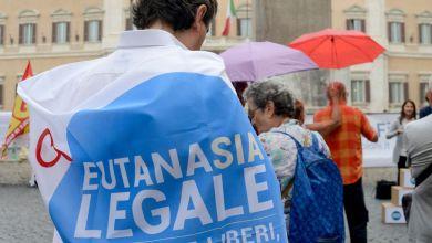 """Photo of Eutanasia legale: ecco dove si può firmare per i """"Referendum days"""" di questo fine settimana"""