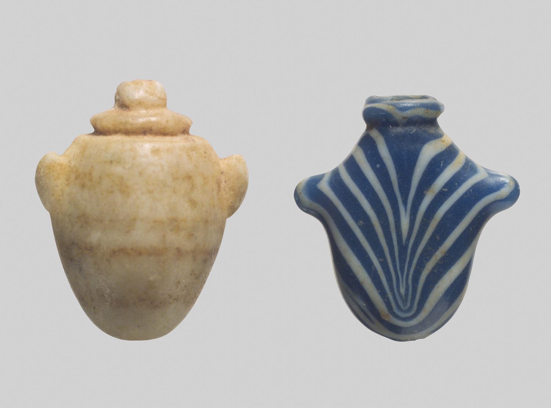 """Amuletos funerarios en forma de corazón (""""ib"""")."""