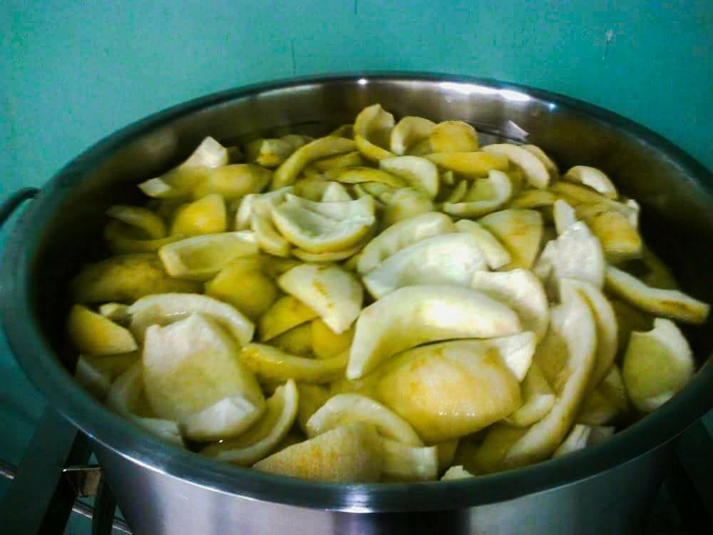λεμονι φλουδα σε κρυο νερο ετοιμο για βρασιμο