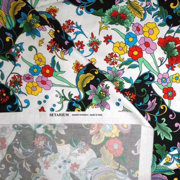 Tessuto rasatello di cotone stretch stampato floreale su fondo bianco e nero