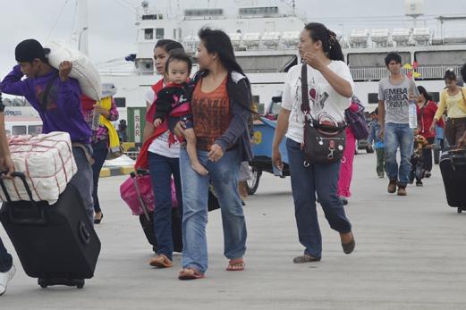 Calon tenaga kerja Indonesia (TKI) tujuan Sabah Malaysia tiba di Pelabuhan Domestik Tunon Taka Kabupaten