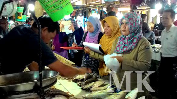 Petugas Disperindagkop dan BPOM saat melakukan sidak di pasar gusher
