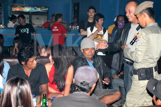 Petugas Satpol PP Tarakan saat melakukan razia Tempat hiburan malam