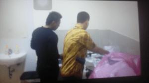 KEJANGGALAN : Oknum baju hitam masih berada dalam laboratorium dikala dokter tidak berada ditempat.