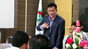 Bakal Calon Bupati KTT Yahya HT tampak sedih saat rapat bersama KPU KTT, tim dokter RSUD Tarakan, Panwaslu KTT dan seluruh tim sukses pemenangannya di Lantai III RSUD Tarakan, Rabu (5/08).