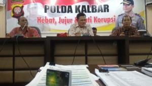 Polda Kalbar didampingi pihak Bank Kalbar saat memberi keterangan pers dan sejumlah barang bukti yang disita