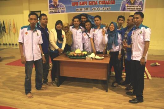 Pengurus DPD KNPI Kota Tarakan usai melakukan pemotongan tumpeng HUT Kaltara