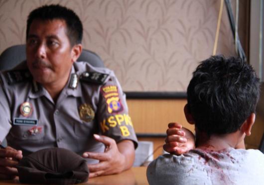 Hen kala dimintai keterangan di Polres Tarakan dengan kondisi berlumuran darah di bagian leher dan kepalanya.