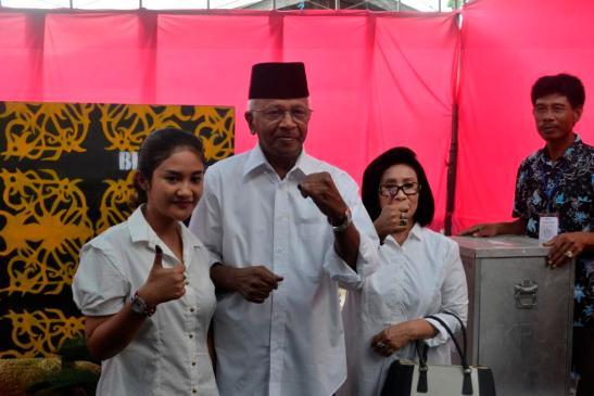 Calon Gubernur Kaltara nomor urut 1 dr. Jusuf SK bersama keluarga menyalurkan aspirasinya di TPS 21, Kelurahan Karang Anyar Pantai.