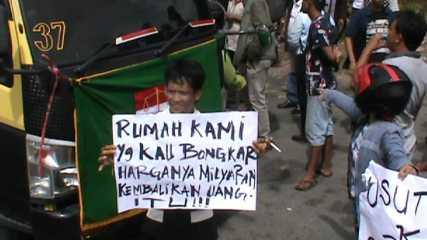 Salah satu tulisan yang dibawa para pendemo menuntut Kejari Nunukan usut kasus pembugaran rumah jabatan bupati.