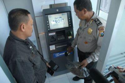 Kepolisian Jombang saat melakukan penyelidikan pembobolan ATM dengan modus yang sama di Tarakan.