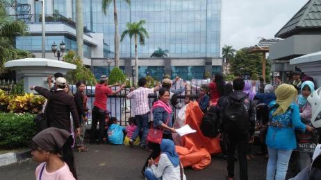 Aksi demontrasi yang dilakukan puluhan warga Kampung Pongkor di Kantor Gubernur Kaltim.