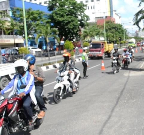 Petugas Satlantas Polres Tarakan mulai membagi dua ruas jalan di Yos Sudarso sejak pagi tadi.