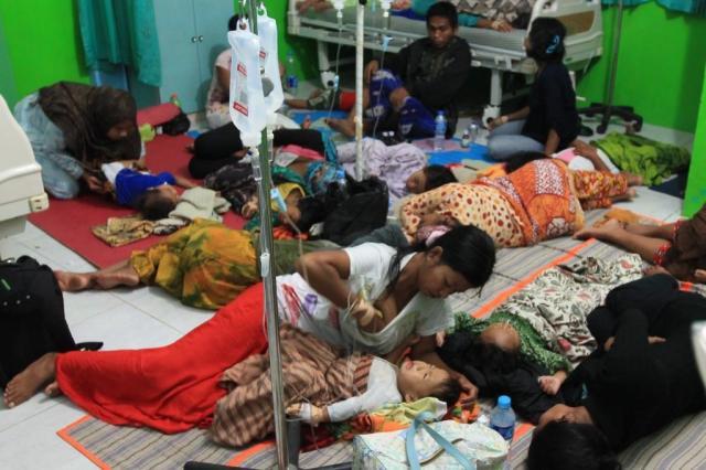 Puluhan ibu-ibu dan anak-anak terlihat di rawat di Puskesmas.