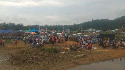 Ribuan warga yang terlihat berada di pinggiran ujung Jembatan Pak Kasih Tayan sejak pagi hari.