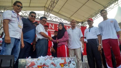 Wakil Ketua Umum DPP Partai Gerindra Purnomo (tiga dari kanan) bersama Gubernur Kaltara Irianto Lambrie kala menyerahkan hadiah satu unit sepeda motor kepada salah satu peserta Jalan Sehat.
