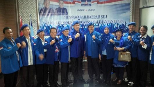 Yansen TP (enam dari kanan) bersama jajaran pengurus DPD Partai Demokrat Kaltara.
