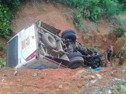 Kondisi bus damri yang membawa 23 personil Brimob Polda Kalbar masuk jurang sedalam 5 meter di Jl Trans Kalimantan.