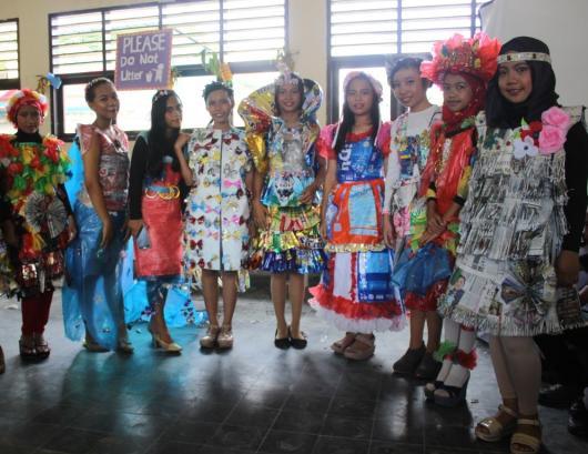 Para siswa SMP N 9 menggunakan pakaian limbah dalam acara fashion show kelulsan sekolah.