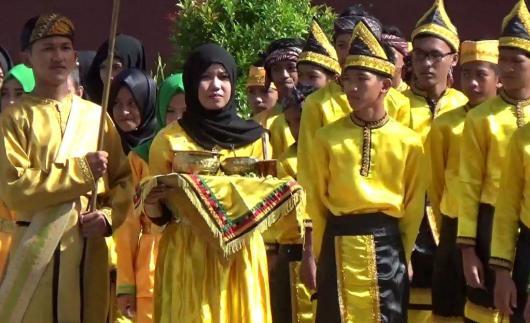 Prosesi tepung tawar yang dilakukan sejumlah pelajar SMP Negeri 7 Tarakan.