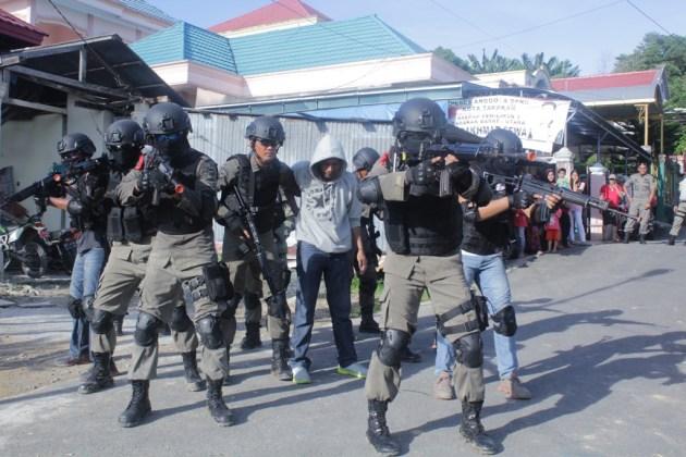 Puluhan personil Brimob Kaltim melakukan penangkapan teroris di Perumnas Karang Anyar, Kota Tarakan dalam skenario simulasi.