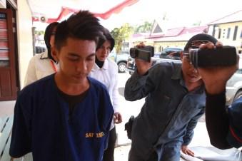 Abdul Latif (20), Warga Desa Sungai Brembang, Kecamatan Kakap, Kabupaten Kubu Raya tak berkutik kala digelandang ke Mapolresta Pontianak.