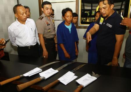 Ketiga orang tersangka beserta barang bukti pengroyokan Agus, saat dihadirkan di Mapolresta Pontianak, Senin (27/6/2016) siang.