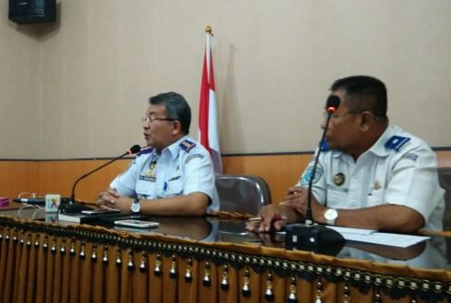 Kepala KSOP Pontianak, Gunung Hutapea memberikan keterangan pers di kantornya di Jl Rahadi Usman, Pontianak, Senin (11/7/2016) siang.