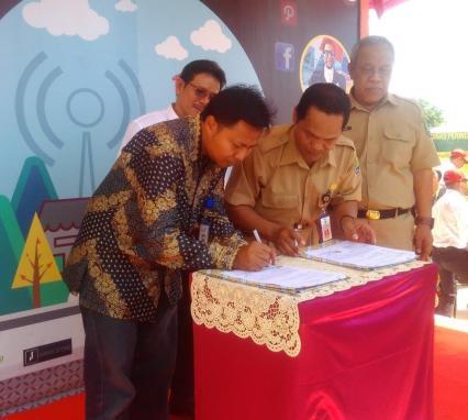 Penandatanganan peresmian Kampung UKM Digital oleh Kepala PLUT dan KUMKM Kabupaten Bulungan Bersama perwakilan PT. Telkom Indonesia.