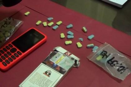 Barang bukti ekstasi berbentuk kartun minions dan handphone tersangka disita petugas.