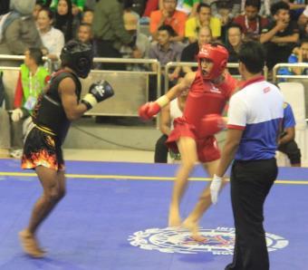 Atlet Wushu Kaltara Satria Trisakti (Merah) saat menghadapi atlet Jatim Yoseph F (hitam) di babak semi final sanshou kelas 48 kilogram putra.