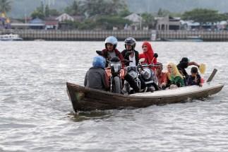Banyak perahu tambangan melanggar aturan dengan membawa kendaraan.