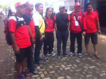 Angel Gabriella Yus (tengah) banyak mendapat pujian dan foto bersama setelah memecahkan rekor nasional di babak penyisihan Nomor 100 Meter Kupu-Kupu Putri pada PON XIX di Kolam Renang FPOK UPI Bandung.